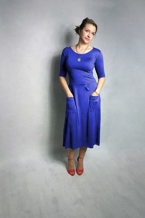 Sukienka abo z kieszeniami midi kobaltowa niebieska