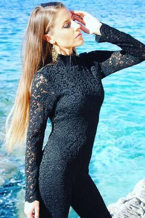 Elegancki czarny koronkowy kombinezon