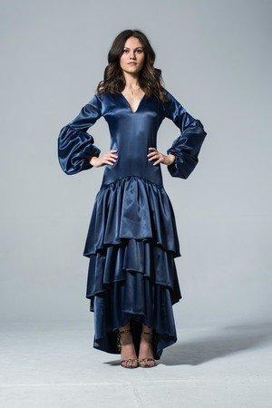 Satynowa suknia falbanami raya